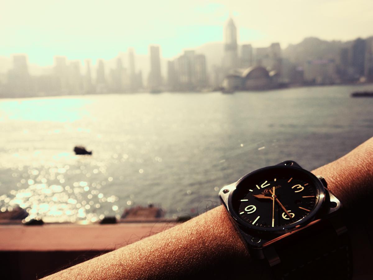 趁著要海外出差的機會借來試戴,除了要戴著它坐飛機自爽一下之外,也要驗證看看這款看似粗獷卻也古典的飛行錶,在穿搭上的彈性如何?