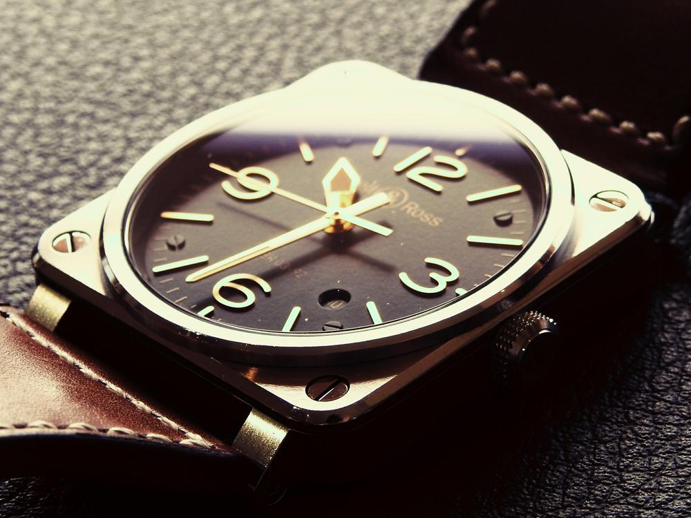 BR 03 Golden Heritage錶殼則採用不鏽鋼原色,尺寸亦是較為符合東方人手腕的42mm,黑色的面盤搭配玫瑰金色的指針與刻度,很難在飛行錶上面看見的優雅感竟然就這樣被它給作出來了!