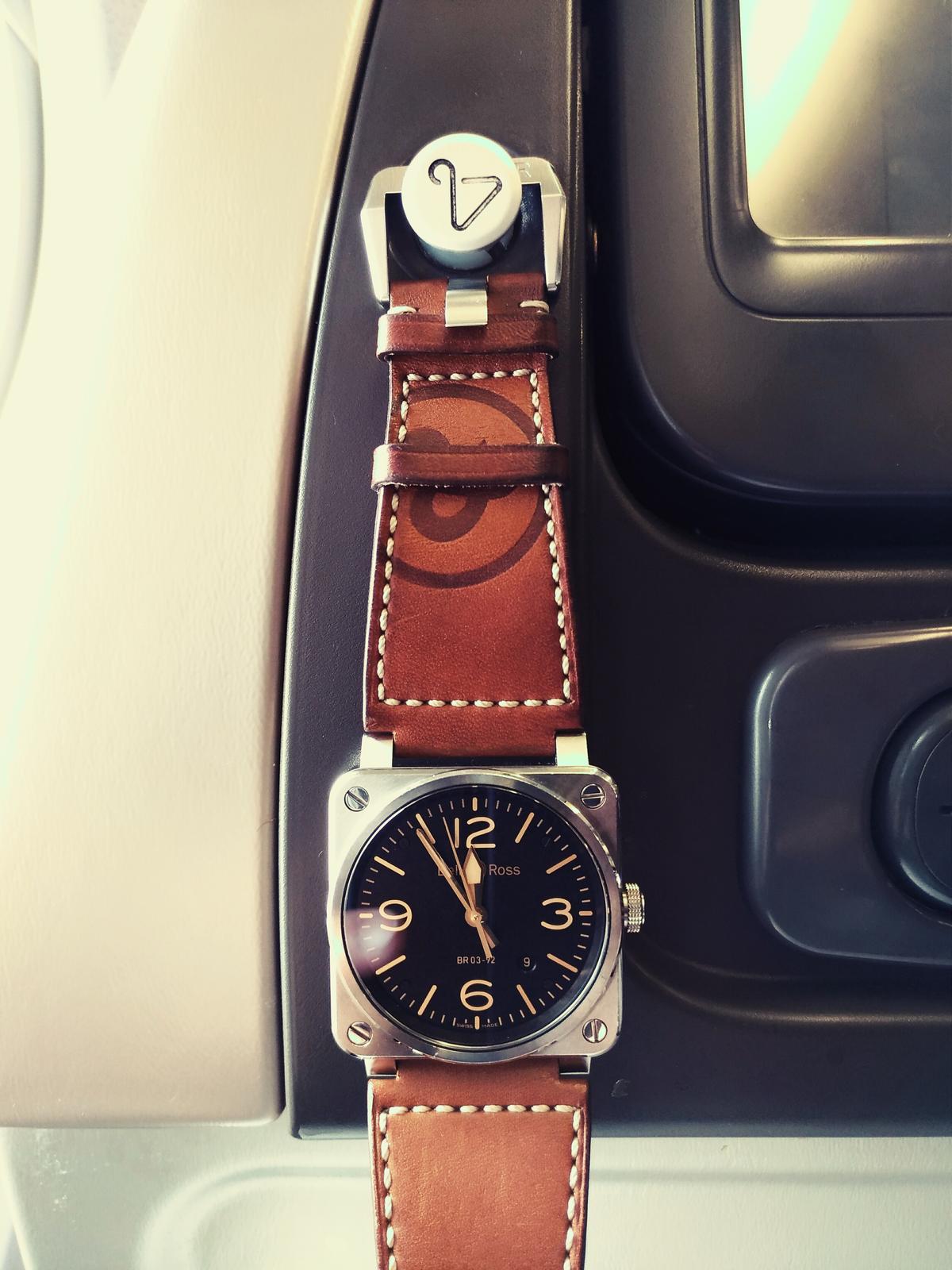 掛東西的掛勾竟然可以拿來掛「錶」!原來是BR 03 Golden Heritage的大尺寸針扣剛好可以掛上,於是乎原本的經濟艙就這麼巧合的變成「駕駛艙」了!