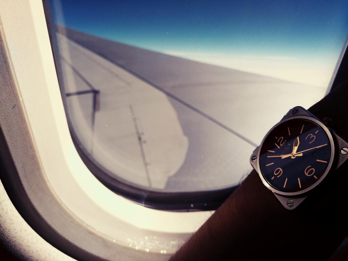 老實說光這樣看著腕錶搭配窗外的藍天景色就已經夠舒服了(至少比盯著液晶螢幕舒服,而且我們平常盯液晶螢幕的時間還不夠久嗎?)。