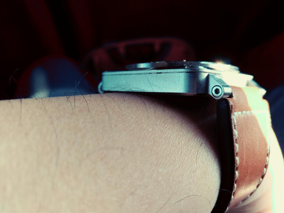 方形錶帥氣歸帥氣,但如果太「骨感」的然戴起來會卡卡的不甚舒服(但宅編夠肥所以無此困擾)。