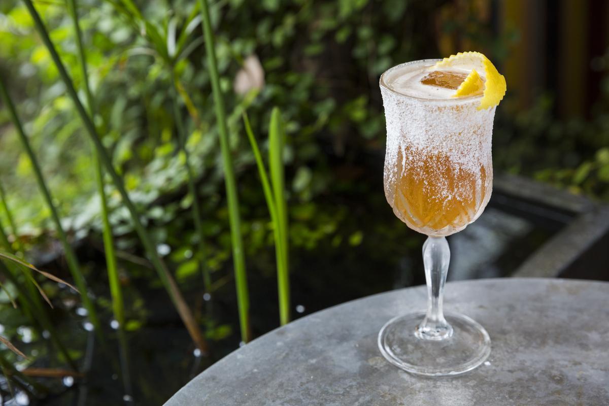 豪邁炒物搭清爽的「Brandy Crusta」調酒,一拍即合。(400元/杯)
