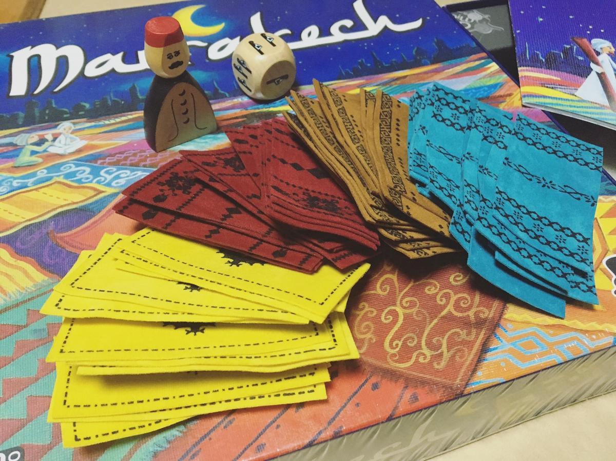 地毯共有四色,另外還有擲步數的骰子