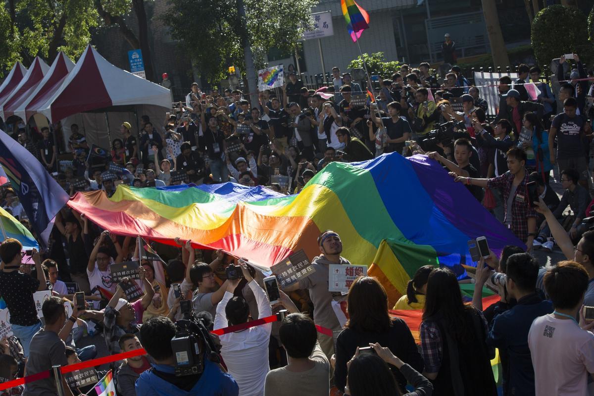 立法院外支持平權的團體聲援修法。