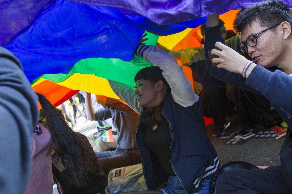 支持婚姻平權的群眾在立法院外聚集。