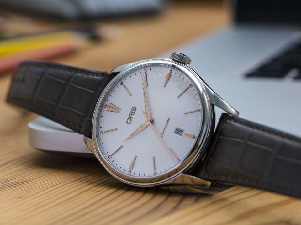ORIS Artelier Chronometer Date 不鏽鋼錶殼/錶徑40mm/ORIS 737自動上鍊機芯/動力儲存約38小時/時、分、秒指示;日曆指示/藍寶石水晶鏡面、透明底蓋/深棕色皮錶帶/防水50米/約NT$60,000