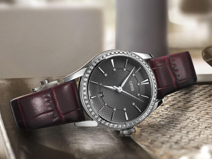 ORIS Artelier Date Diamonds 不鏽鋼錶殼,鑲嵌52顆美鑽/錶徑28mm/ORIS 561自動上鍊機芯/時、分、秒指示;日曆指示/藍寶石水晶鏡面、透明底蓋/波爾多色皮革錶帶/防水50米/約NT$98,000