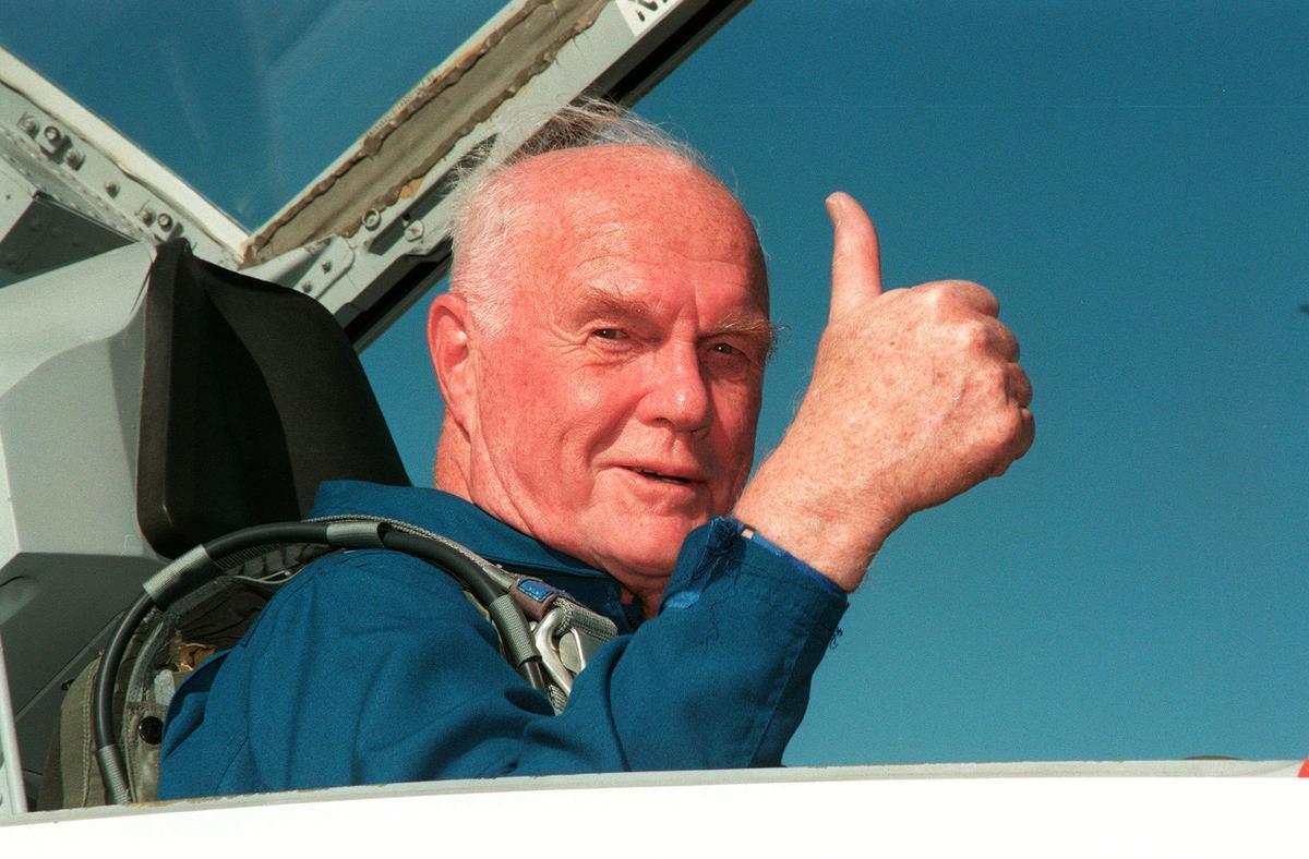 美國太空英雄葛倫在1998年10月,再次登上太空參與環繞地球軌道實驗。(取自東方IC)