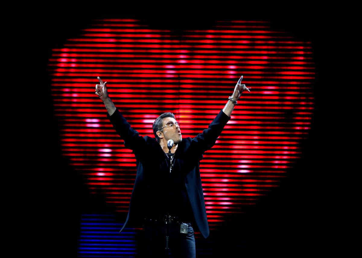 80年代英國天團Wham!主唱喬治麥可在耶誕日過世令全球樂迷震驚。圖為2008年於美國佛州Sunrise演唱會。(取自東方IC)