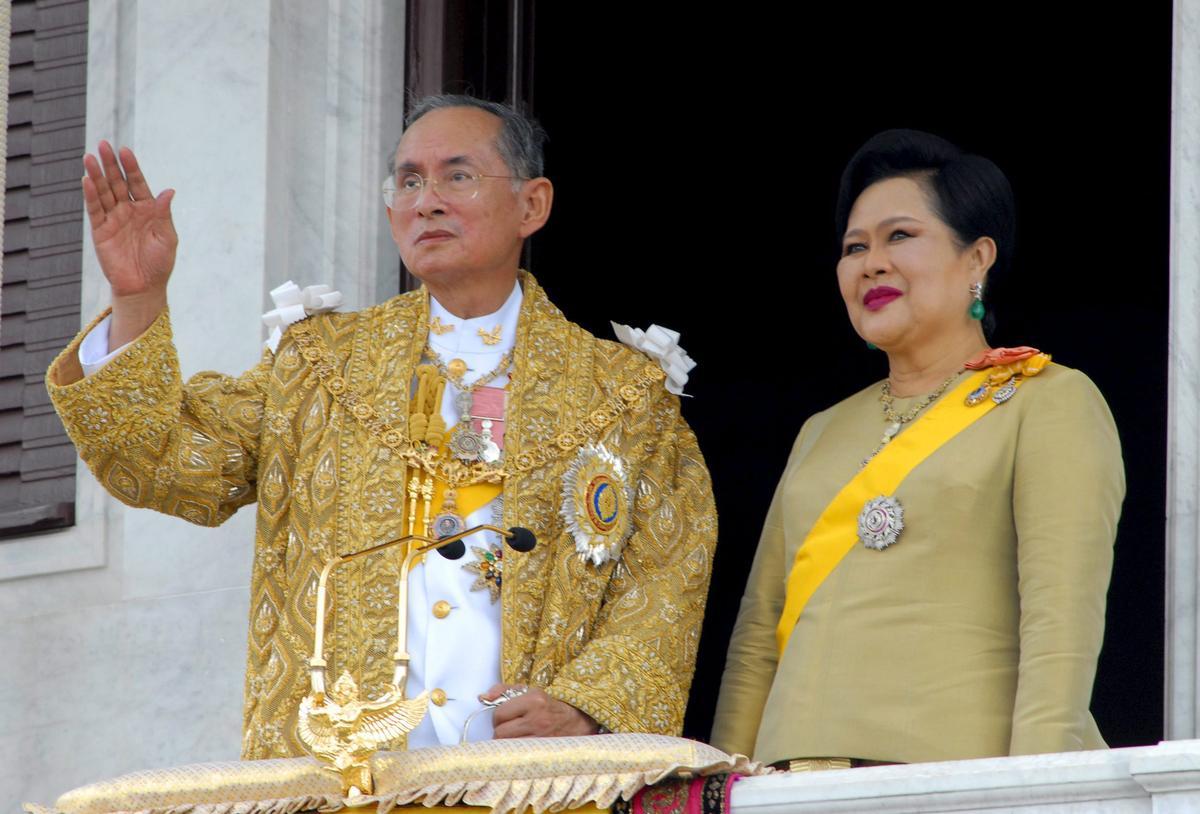 泰國人民視為國家精神象徵的泰皇蒲美蓬去世,讓泰國政情為之震盪。(取自東方IC)