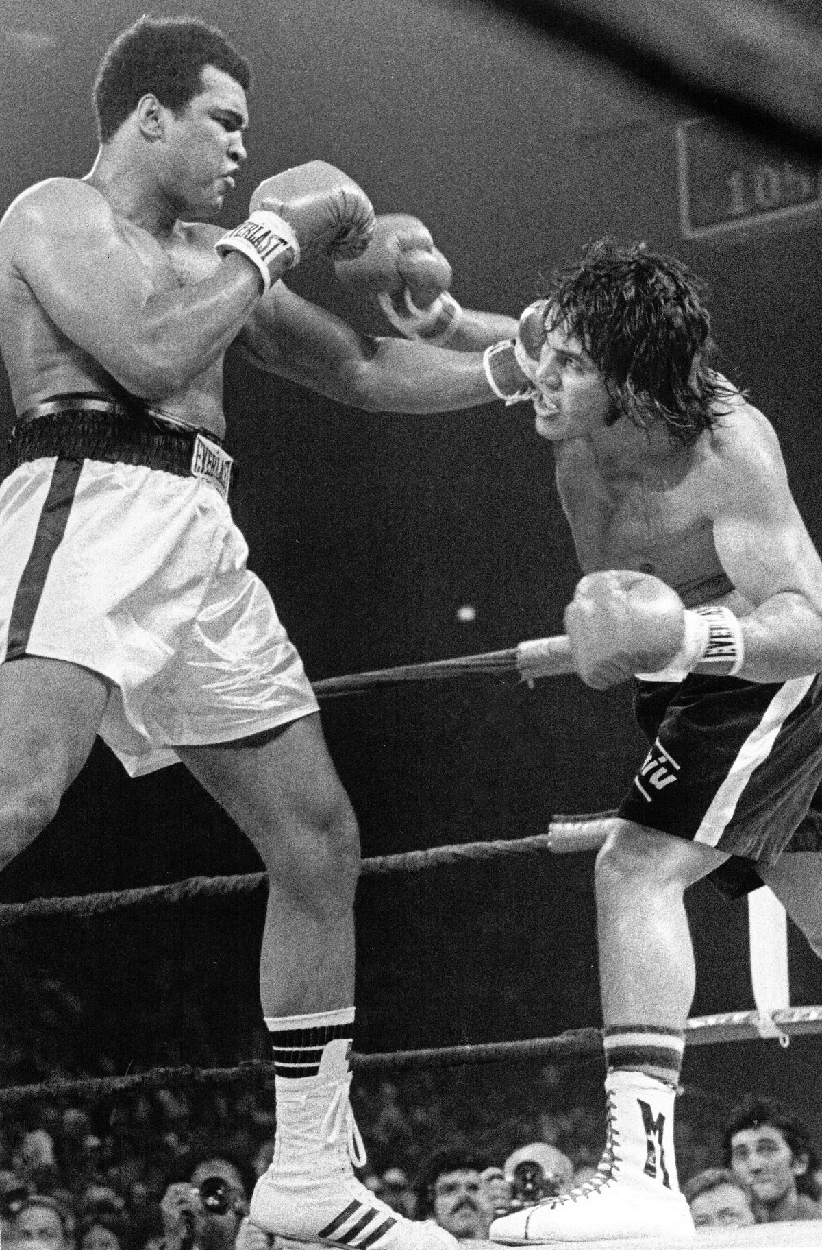 1977年5月16日,馬里蘭州透過ABC現場實況轉播的拳王挑戰賽中,衛冕的拳王阿里在裁判一致裁定下擊敗挑戰對手伊凡傑利斯塔。(取自東方IC)