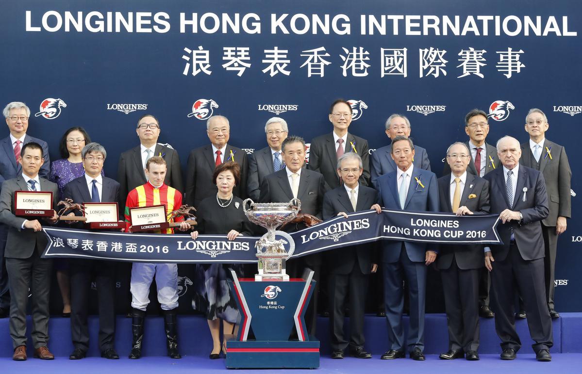 參賽馬匹共有五十三匹,其中二十六匹來自海外。圖中為獨得1200萬港幣獎金的日本馬主夫婦,騎師(下排左三)則是浪琴表全球最佳騎師獎得主Ryan MOORE。
