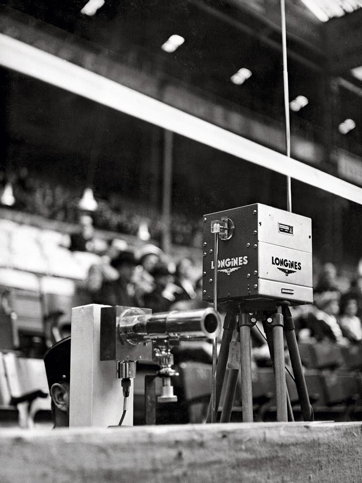 浪琴不僅是提供各大國際馬術賽事官方計時器,更應用了當時的最高科技為其規劃整套計時裁判系統。圖為1949年巴黎國際馬術障礙賽的浪琴表計時裝置。