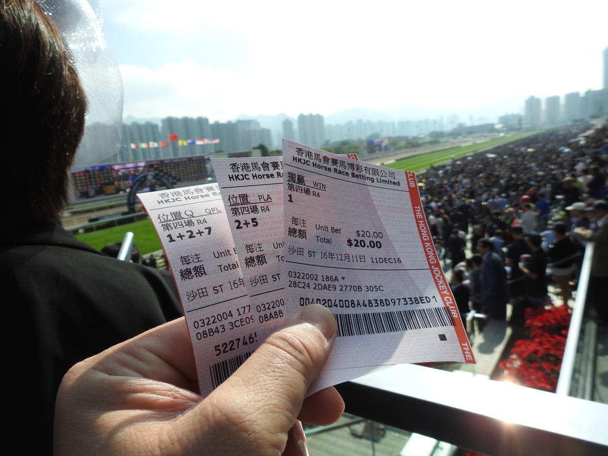 都來了不買兩場怎麼行?開跑時最扣人心弦的是後來急起直追的那一匹「黑馬」!這個時候往往可以聽到全場觀眾(賭客?)如沸騰般的吆喝與加油聲。