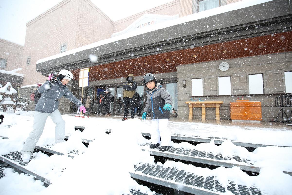 要去滑雪場拍攝的當天,喜樂樂下起大雪,讓大小滑雪客都忍不住上場躍躍欲試。