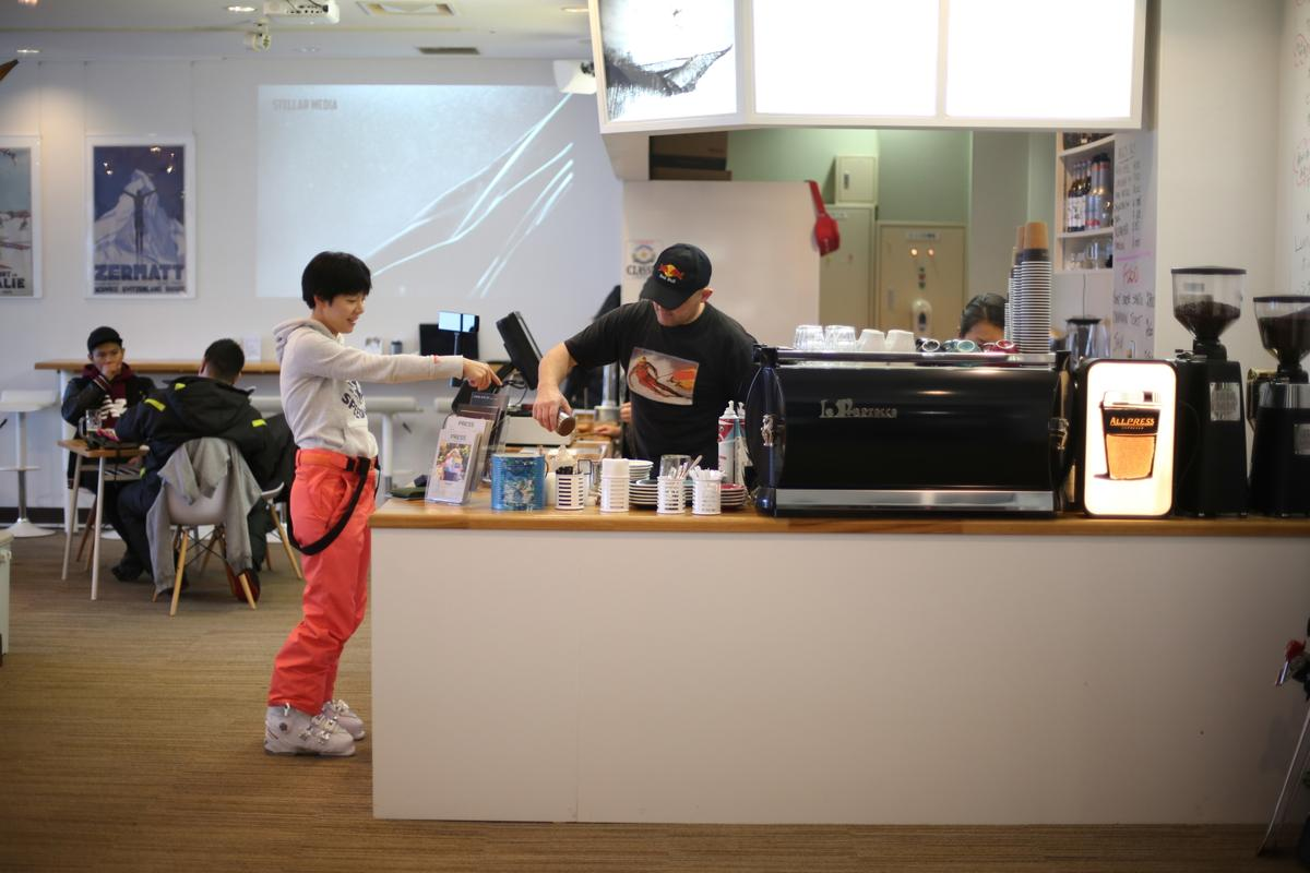 喜樂樂滑雪場有家「Mountain Cafe」,老闆來自澳洲,喜歡跟客人分享他的攝影作品。