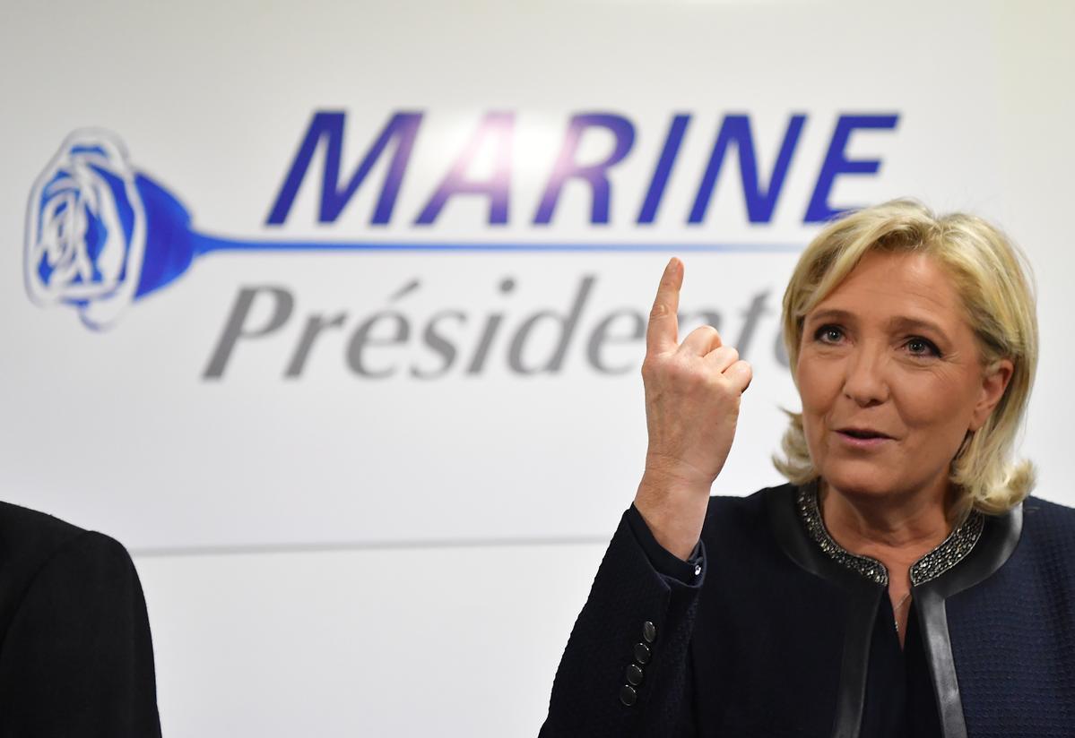 法國極右派國民陣線領袖瑪琳勒朋公布她的總統大選競選海報,她特別選了藍色玫瑰當作標誌,象徵意涵是,原本稀奇的事件,如今變得再自然不過。(東方IC)