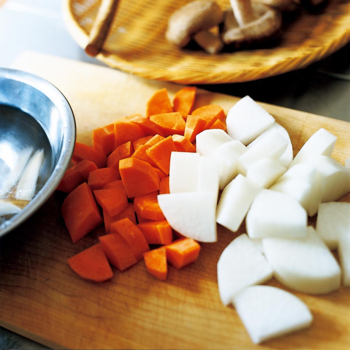 白蘿蔔、紅蘿蔔切成扇狀。