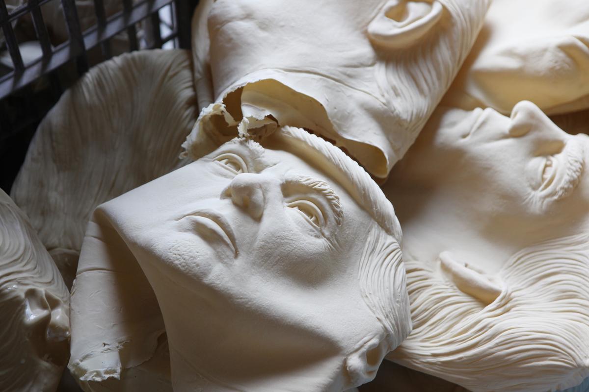 中國廣東深圳工場製作的川普假面具,據工廠負責人透露,川普面具訂購量多於希拉蕊,即使在投票結束後,仍繼續收到加購川普面具的訂單。(畫面取自東方IC)