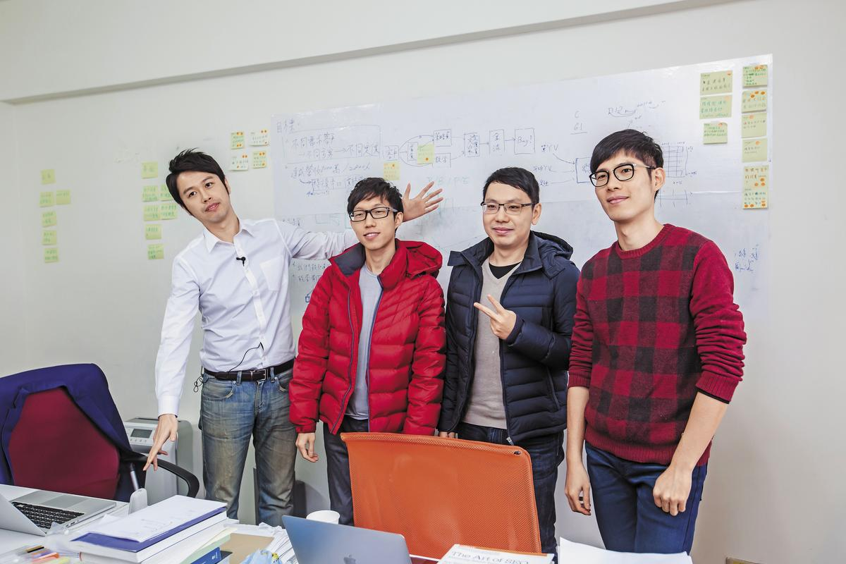 財報狗是由一群熱愛投資的年輕人組成,平 均年齡僅30歲。圖為鄭凱元(左)與員工。