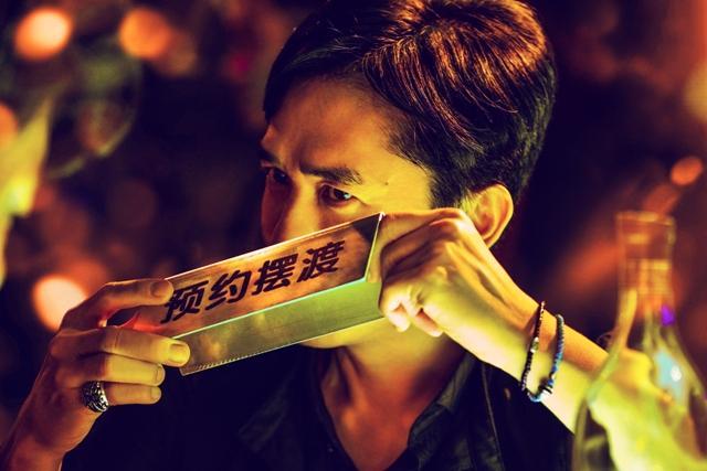 梁朝偉在《擺渡人》中飾演擺渡酒吧老闆。