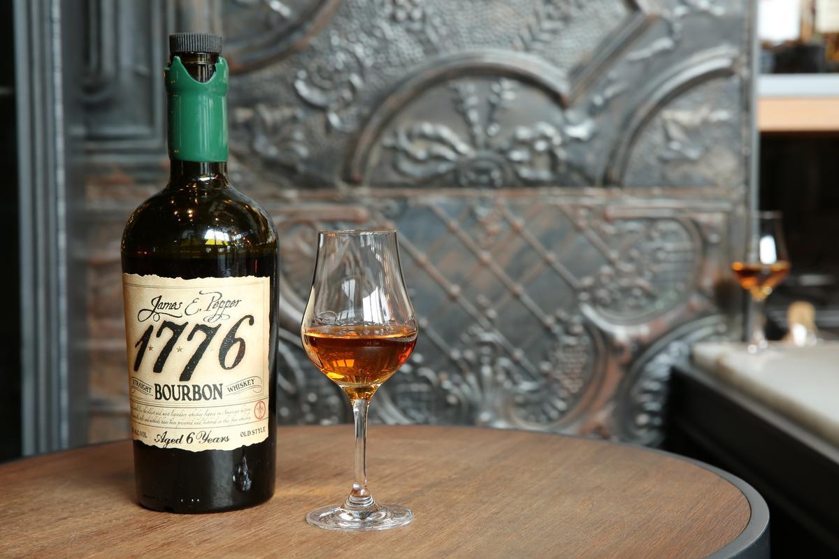 「James E. Pepper 1776 Bourbon」以波本酒體搭出清淡牛肚的衝突味。(350元/杯)