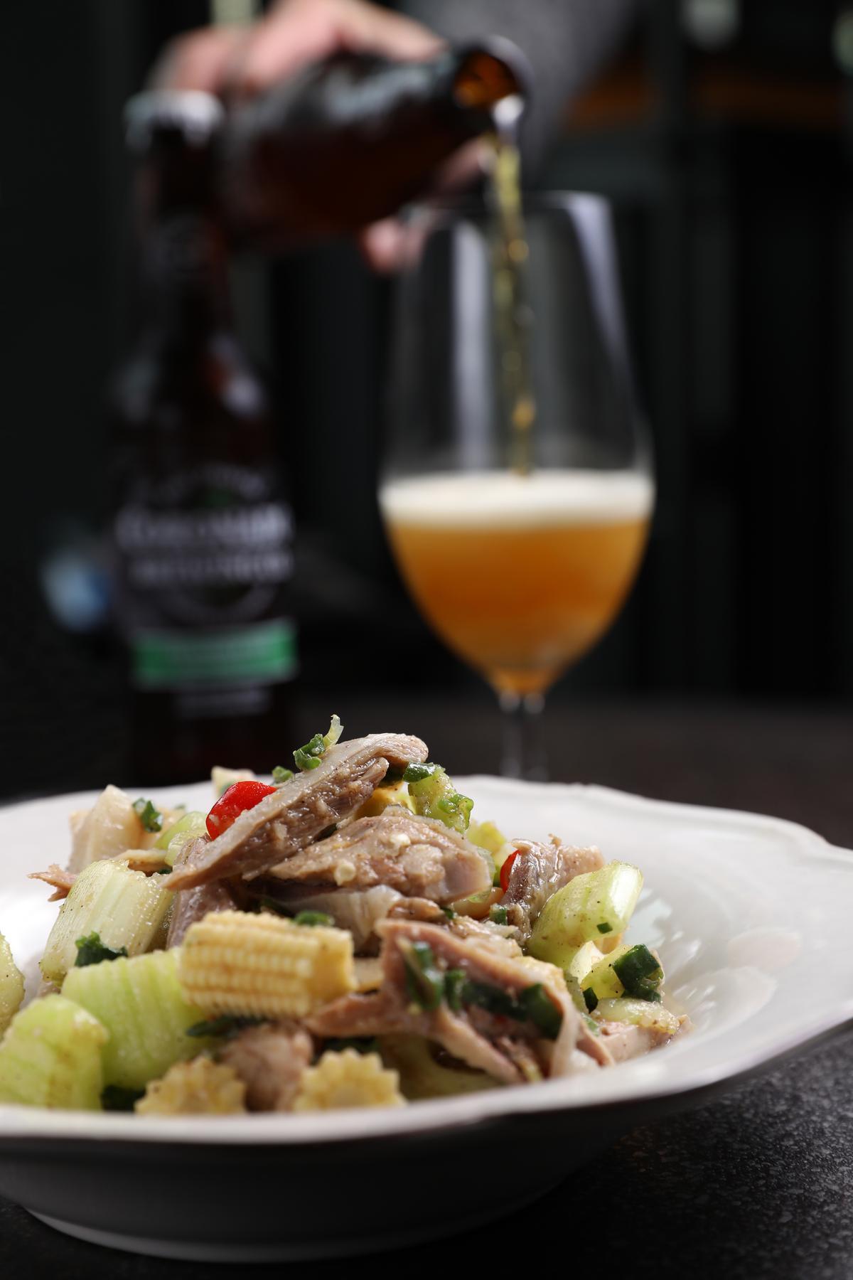 「鹹水雞」(前,雞腿50元/份、雞冠20元/份、玉米筍20元/份、芹菜20元/份)搭配有明顯苦味的「Coronado Islander IPA」精釀啤酒(後,250元/瓶)能讓味覺清爽不燥。
