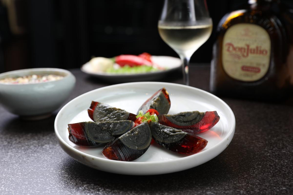 自製下酒菜「涼拌皮蛋」佐「Don Julio Reposado」龍舌蘭,中西互搭頗有趣。(400元/杯)