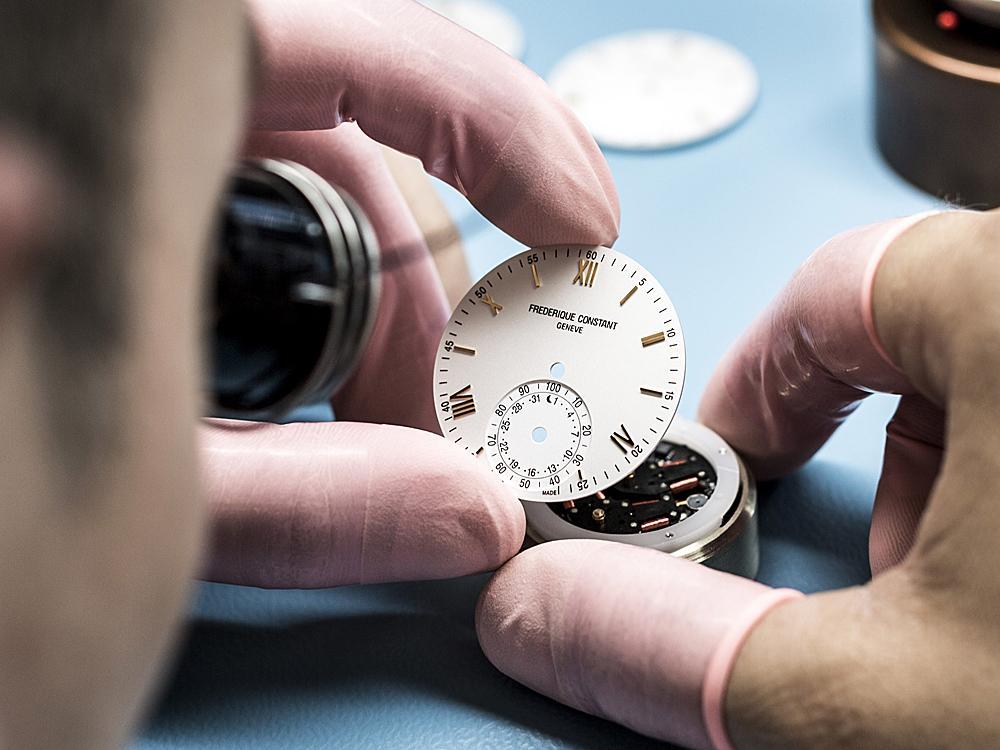 FREDERIQUE CONSTANT擁有完整的機芯研發與製造能力,圖為正在組裝中的Horological Smartwatch機芯。