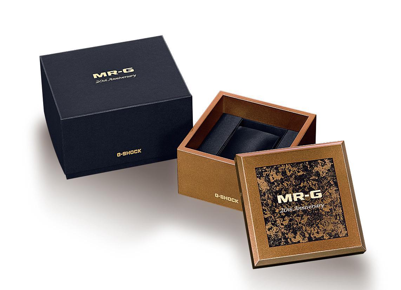 外盒包裝以黑、金雙色組成,採用天然漆塗裝而成,內裝特別採用黑色絹布,增添收藏的價值。