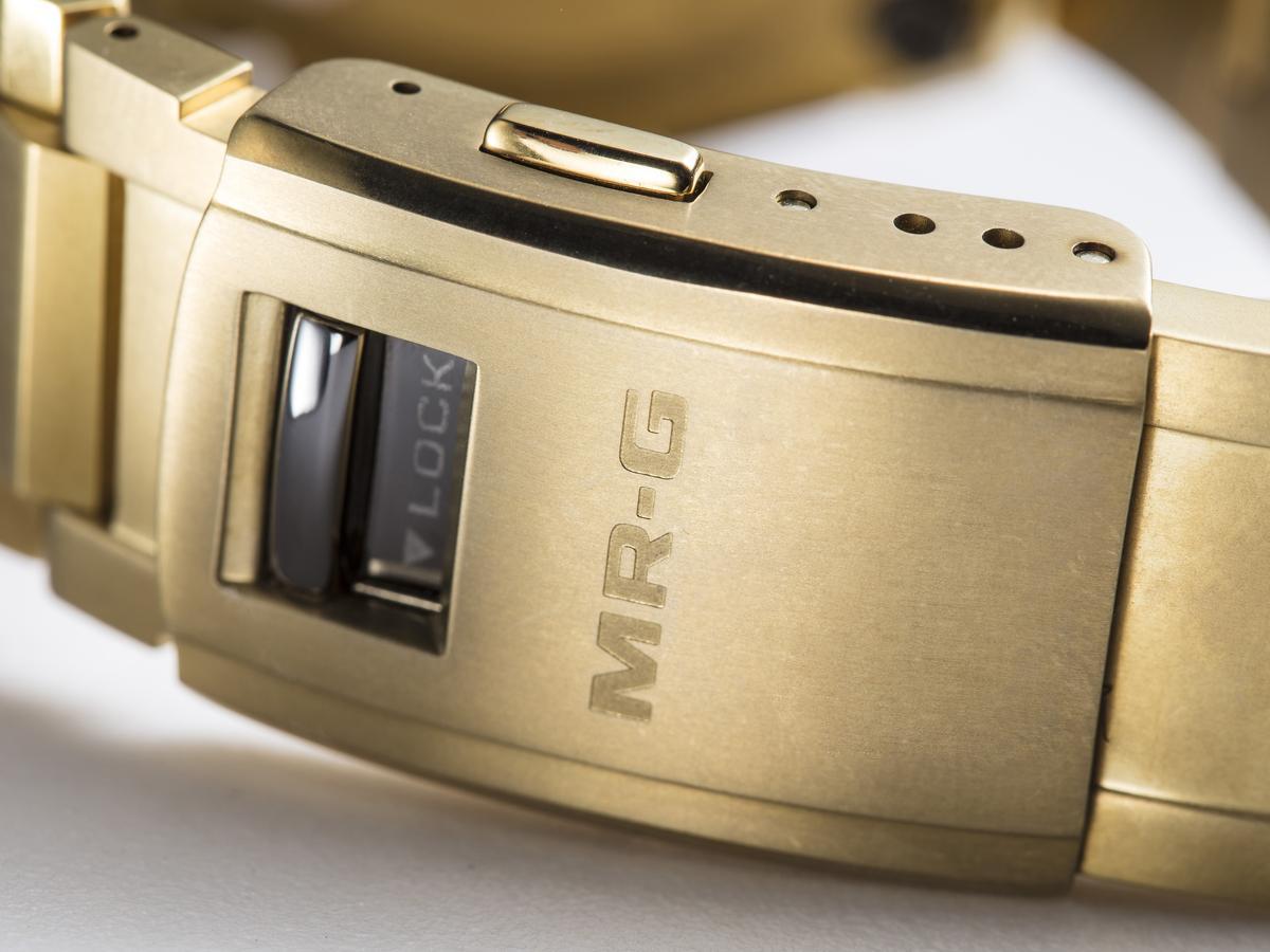 帶扣的細部處理亦頗為細緻,還有附上安全扣設計。