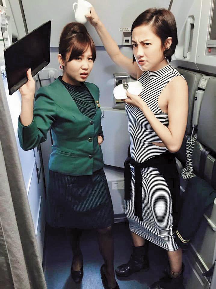 因為《空姐》,小8(右)搭飛機常和真空姐「相見歡」,還被要求擺劇中搞笑姿勢拍照。(翻攝自張允曦臉書)