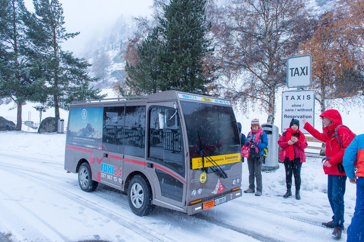 旅客在城市內移動,僅能搭乘電瓶車。