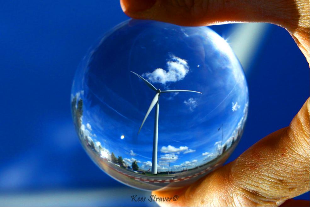 荷蘭攝影家Kees Straver透過相機和水晶球,捕捉奇妙的水晶球世界。(翻攝自Kees Straver臉書)