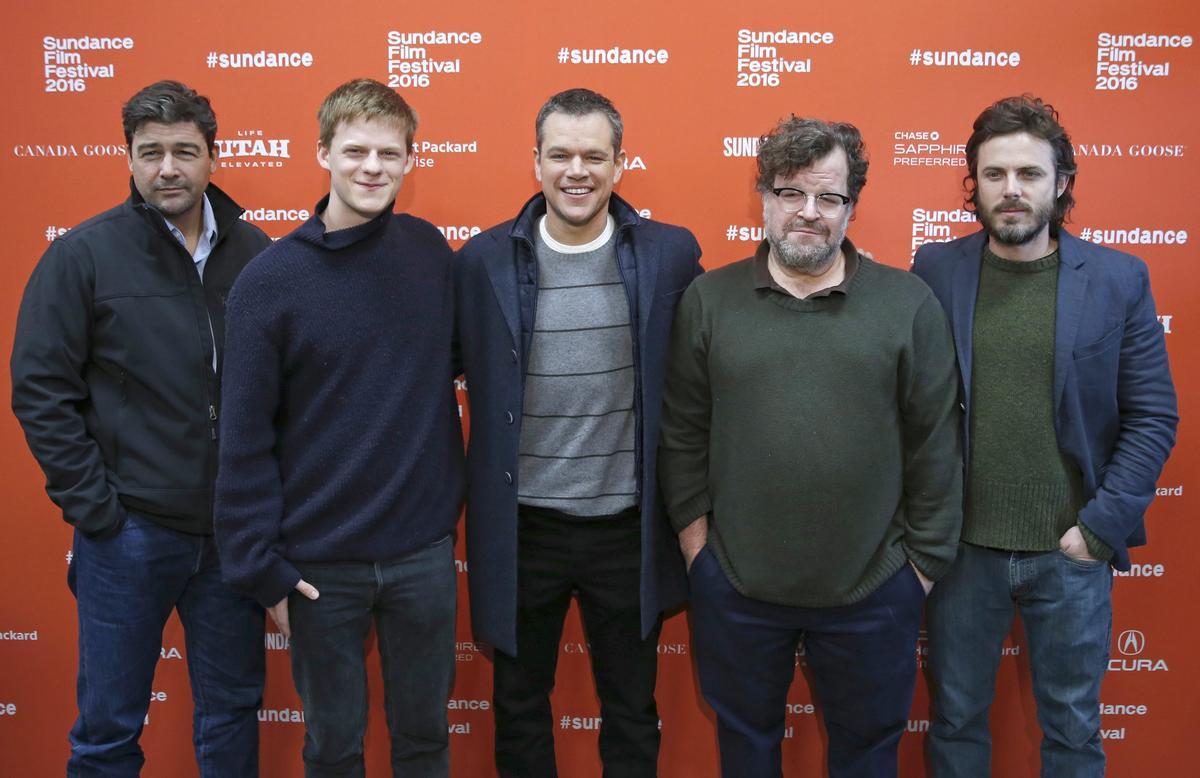 2016年1月的日舞影展,麥特戴蒙(右三)力挺導演肯尼斯洛勒根(右二),帶著飾演父子的凱爾錢德勒(左一)與盧卡斯海吉斯(左二),與男主角凱西艾佛列克(右一),一起替《海邊的曼徹斯特》造勢。(東方IC)