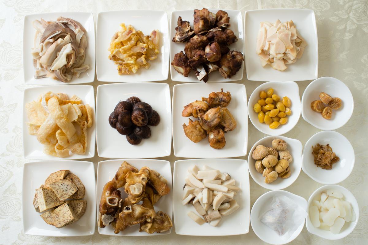 「潮式佛跳牆」加入炸過的豬腳、香菇、豬肚、干貝等近20款食材炊燉至少6小時而成。