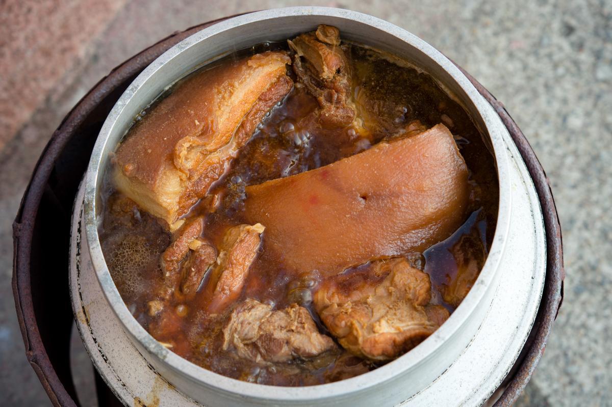 紅燒封肉要先把黑豬肉放油鍋炸至金黃色,在滷鍋內放入豬肉、紅麴醬、蒜頭、醬油、糖、米酒及雞高湯,以炭爐溫火燉煮 3~4 小時。