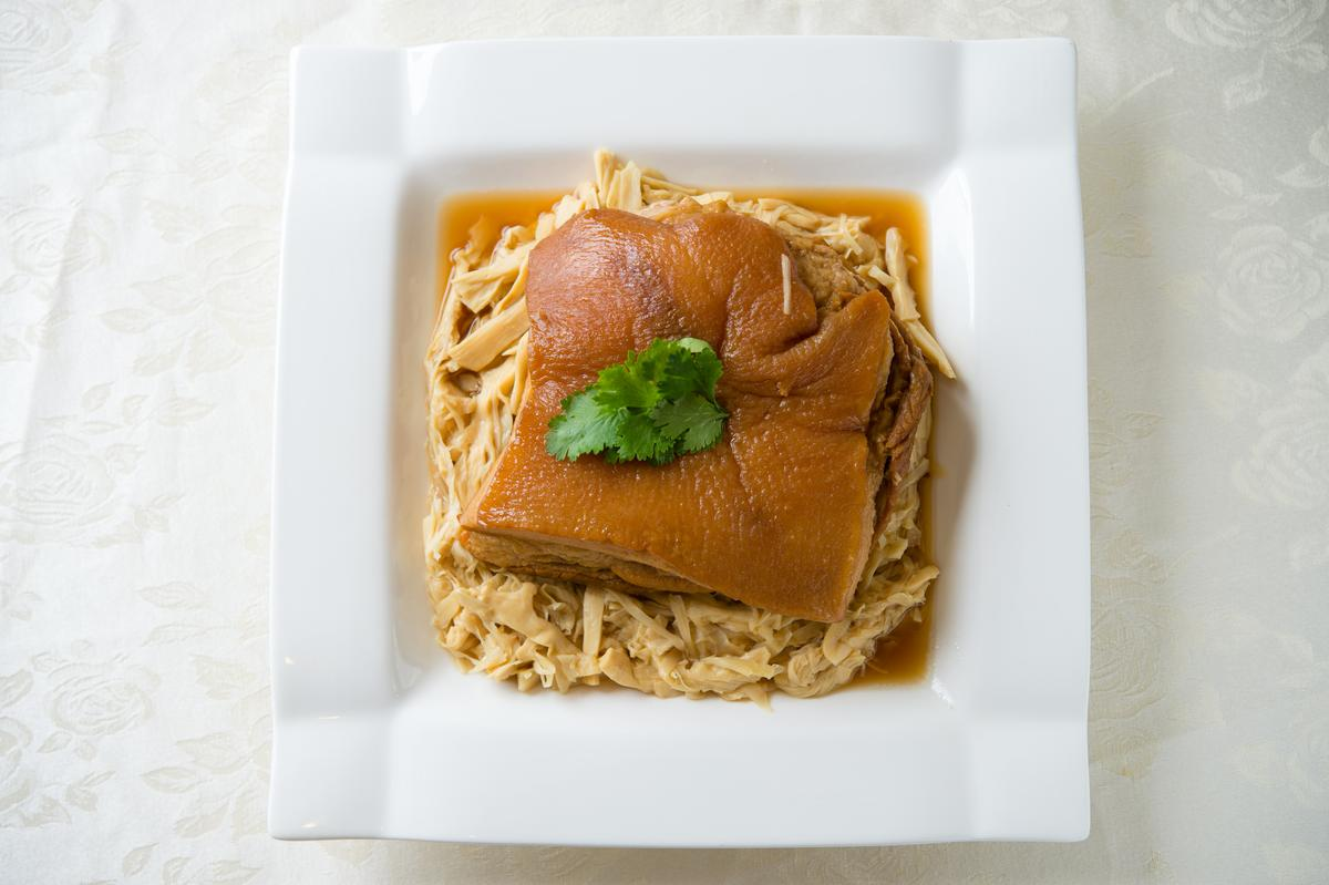 鋪在嫰筍乾上的「紅燒封肉」外形潤亮,甜腴嫰軟很入味。(460元/份)