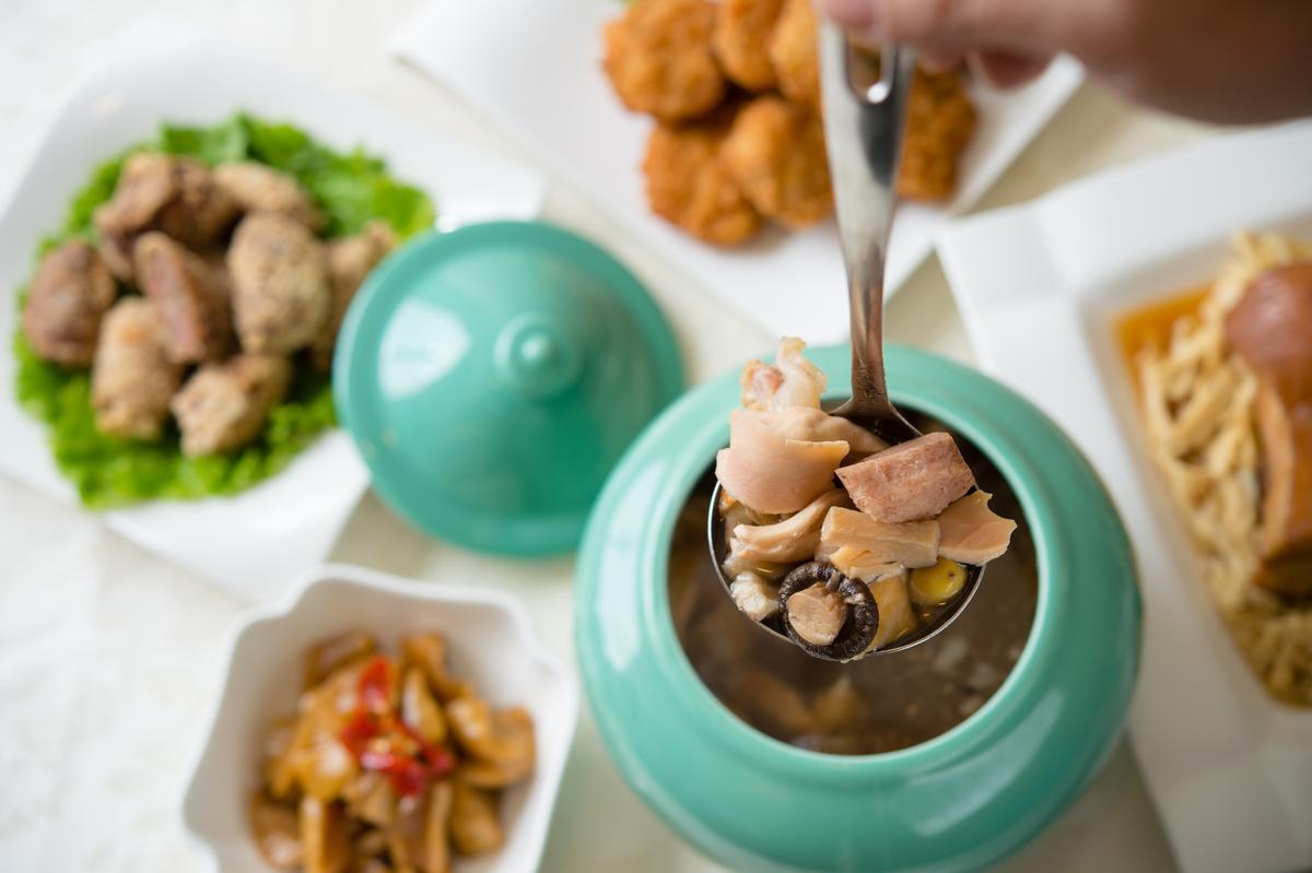 「潮式佛跳牆」清澈鮮醇,食材入味仍保持完整。( 附甕1650元/真空包1400元)