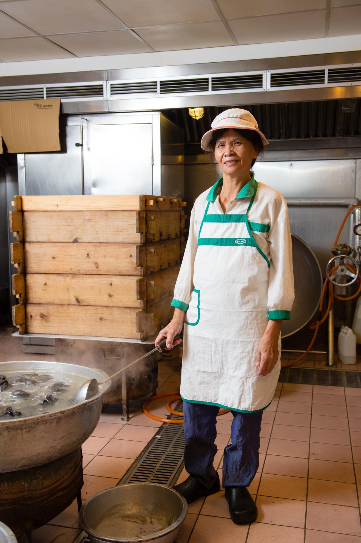 「阿勇家餐飲事業」現在都由娘子軍團總舖師出征到各地辦桌,這天為我們示範辦桌菜的是黃秀雲「阿雲師」,跟著阿勇師辦桌已有30幾年。