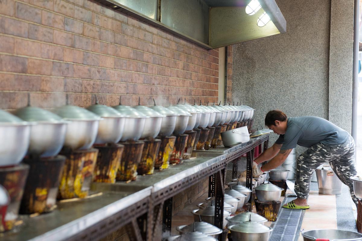 阿美飯店在街巷裡燉煮成排的砂鍋鴨,成了台南老巷弄特有街景。