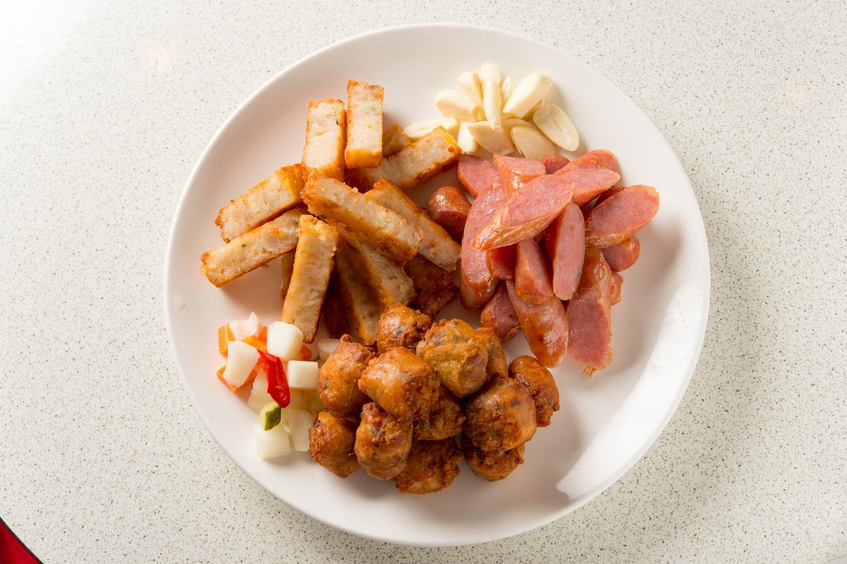 台式辦桌頭盤料理「三色拼盤」,吃得到蟳丸、蝦棗、香腸。(400元/份)