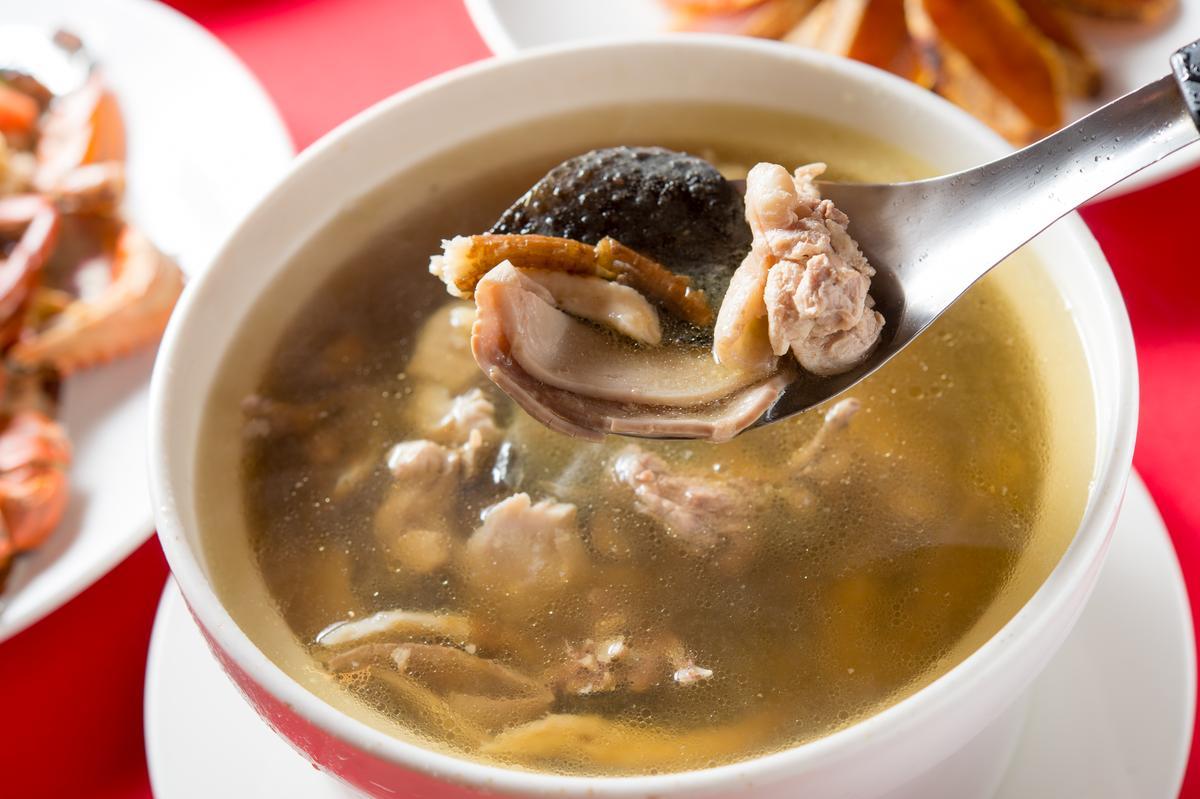 「雞仔豬肚鱉」的湯頭滿是膠質,豬肚緊實彈脆,湯頭甘甜。(900元/份)