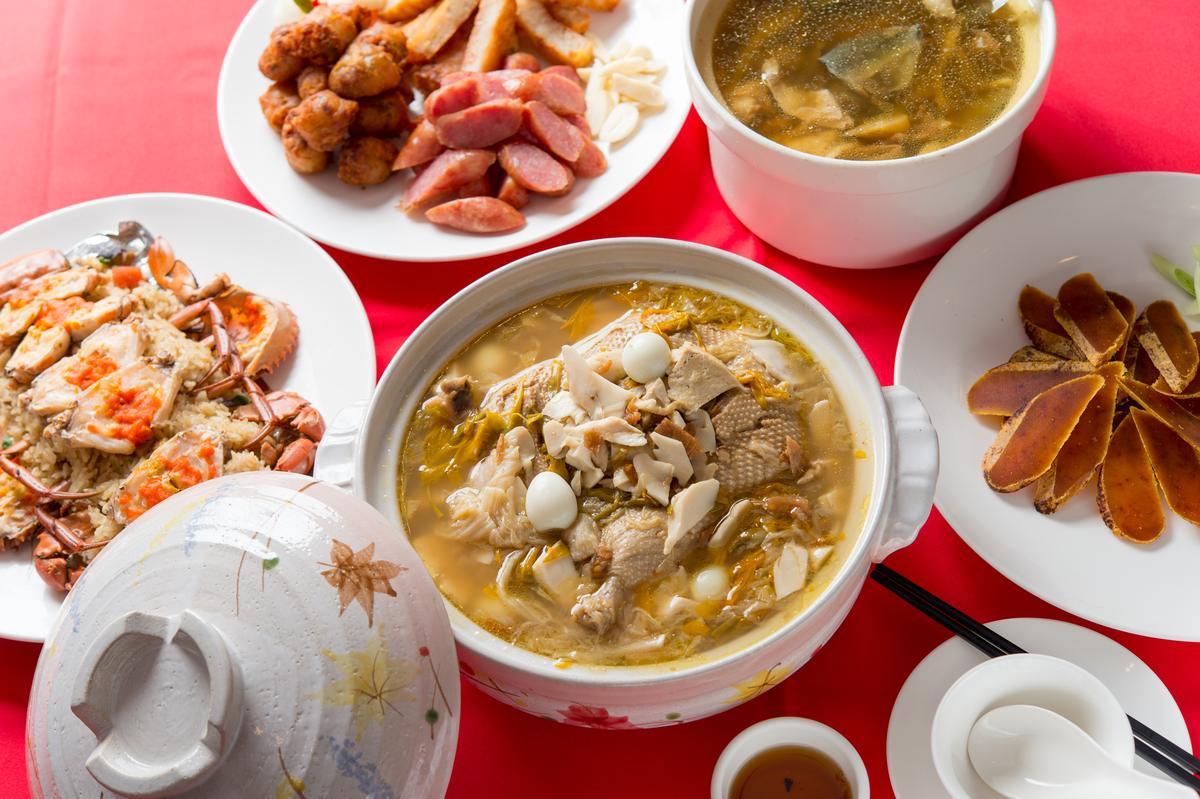 「砂鍋鴨」以炭火持續3小時燜燉,鴨肉滑潤甜嫰,湯頭香濃。(內用800元/鍋)