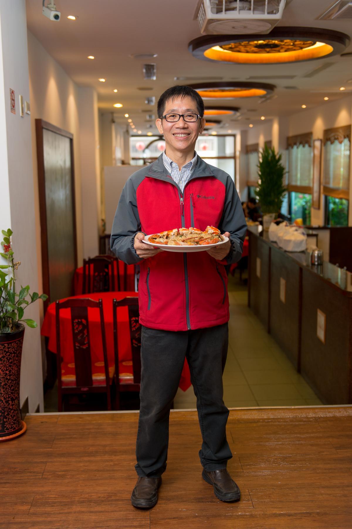 阿美飯店第二代老闆蔡坤益親和力十足,樂為民眾解說老台菜故事。