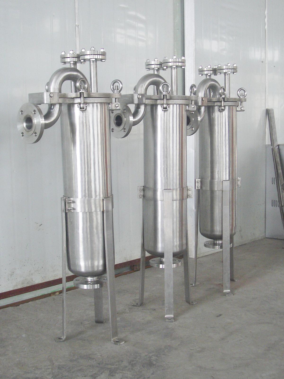 904L是一種含炭量很低的高合金化的奧氏體不銹鋼,是為腐蝕條件苛刻的環境所設計的,具有良好的抗點腐蝕和縫隙腐蝕的能力、抗應力腐蝕破裂的能力、抗晶間腐蝕能力、可加工性和可焊性。主要應用在高溫、高壓,且含腐蝕性物質的嚴酷環境中,如石油、石化設備中的反應器,硫酸的儲存與運輸設備、熱交換器,發電廠煙氣脫硫裝置,有機酸處理系統中的洗滌器和風扇等。