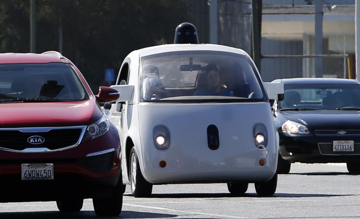 谷歌的無人駕駛車在美國加州的山景市街頭測試。(資料畫面,取自東方IC)