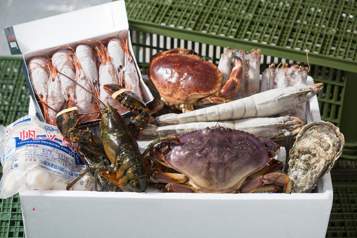 過年期間準備一大盒海鮮,送禮或自己料理都讓團圓餐桌更顯豐盛氣派。(由圖右順時鐘依序為:加拿大活生蠔(120元/1顆)、加拿大野生黃金蟹(900~1000元/1公斤; 圖示約為700~900元)、加拿大野生波士頓龍蝦(冷凍630~660元/1公斤;活龍蝦900~1100元/1公斤)、日本生食級干貝3s(1300元/盒)、加拿大生食級J級牡丹蝦(1700元/盒)、英國野生活麵包蟹(550元/1公斤;圖示約為300~350元)、台灣澎湖生凍大明蝦(1300元/1公斤;130~150元/隻)、生凍菲律賓肥豬蝦(1450 元/1公斤;圖示約為380~450元);海鮮價格會變動,詳細價格請洽歐根尼海洋公司。)
