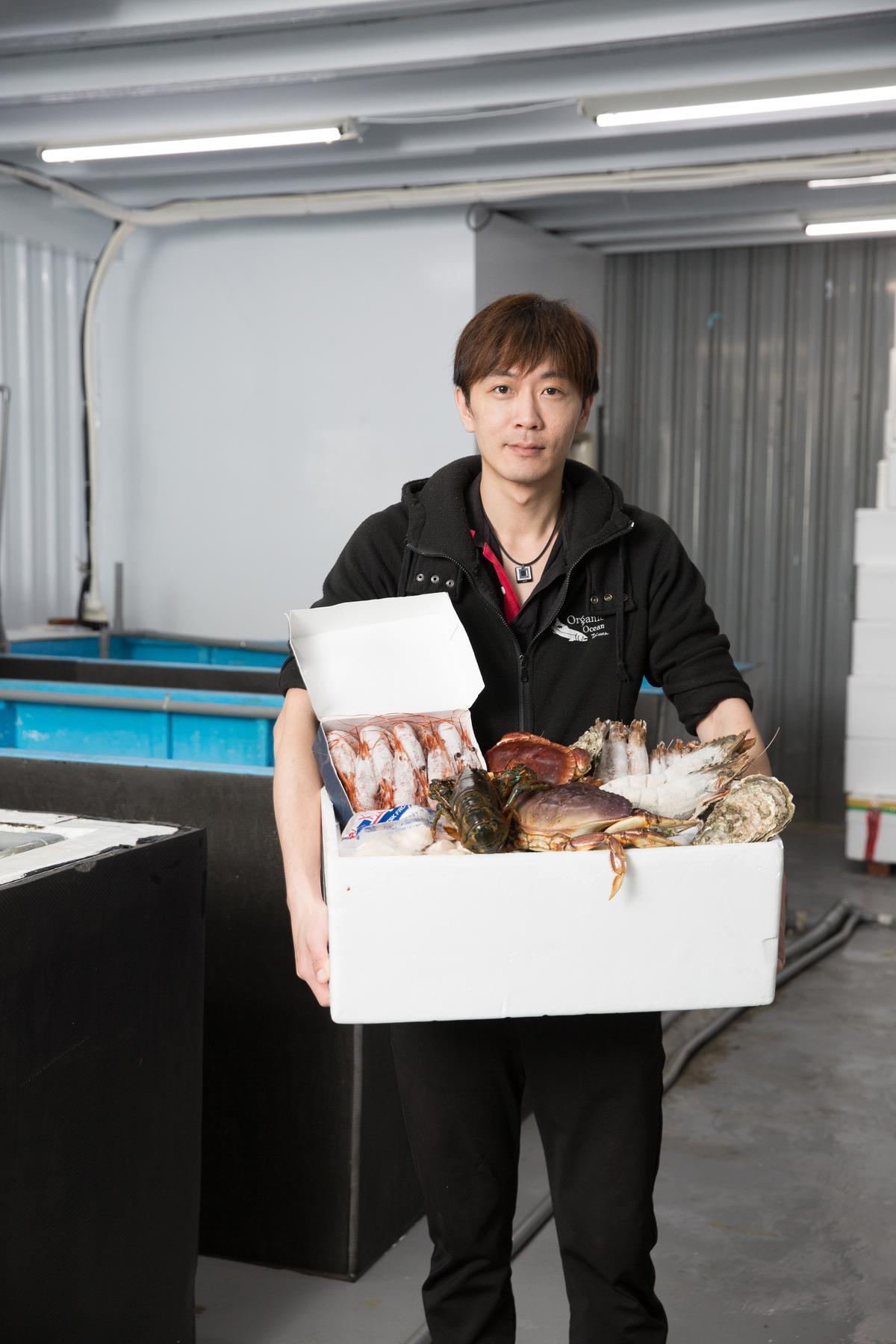 歐根尼海洋公司提供全程冷凍海鮮直送,若民眾想品嘗活龍蝦及活鮑魚,這裡也有特別的包裝運送。