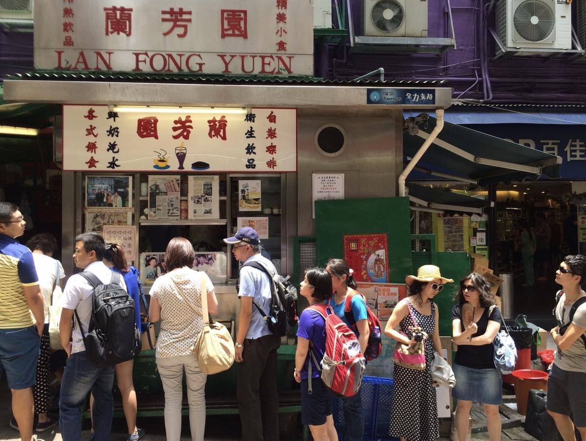 香港店鋪門口總是大排長龍,遊客爆量。